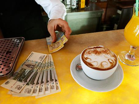 Официант дает сдачу в гривнах в одном из кафе в Севастополе. Фото: Reuters