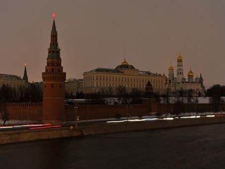Вид на Московский Кремль после отключения подсветки в рамках экологической акции «Час Земли». Фото: РИА Новости
