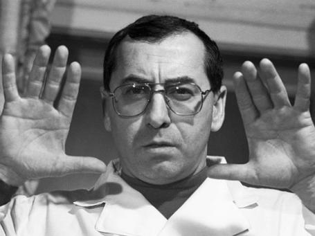 Врач Виталий Добровольский проводит сеанс гипноза. Фото: РИА Новости