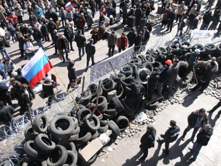 Участники митинга, организованного сторонниками референдума о статусе региона, у здания Донецкой областной администрации. Фото: ИТАР-ТАСС.