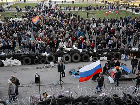 Пророссийские протестующие возле здания областной администрации в Донецке 8 апреля 2014.