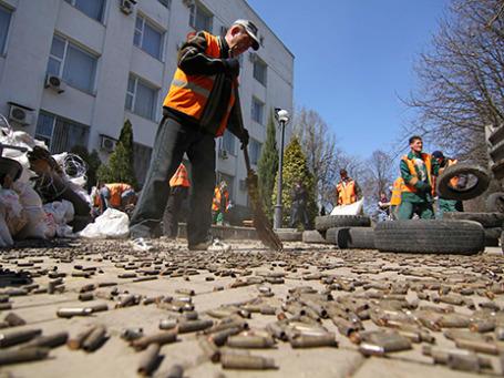 Дворники расчищают улицы Донецка от использованных гильз после митинга пророссийских демонстрантов 8 апреля 2014