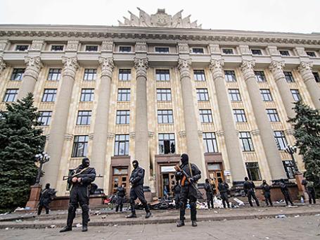 Представители правоохранительных органов у здания областной администрации в Харькове. Фото: Reuters