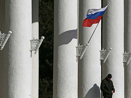 Российский флаг на здании аэропорта в Симферополе
