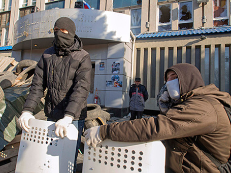 Пророссийские демонстранты у здания СБУ в Луганске