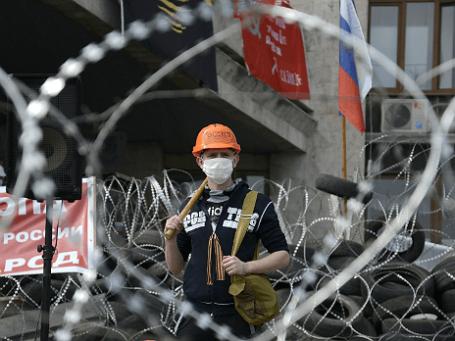 Участник митинга, организованного сторонниками референдума о статусе региона, у здания Донецкой областной администрации