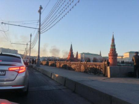 Дым от пожара наблюдался даже у Кремля. Фото: Александр Горлин/BFM.ru