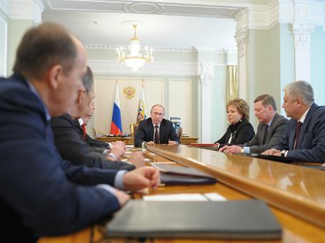 Президент России Владимир Путин (в центре) во время совещания с постоянными членами Совета безопасности РФ в резиденции Ново-Огарево
