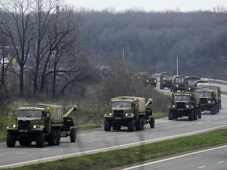 Военные автомобили недалеко от Донецка
