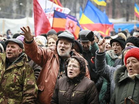 Жители Луганска у здания СБУ