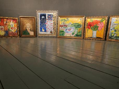 Подготовка к выставке Евгении Васильевой