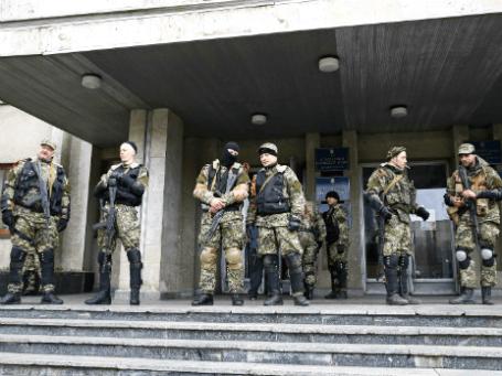 Вооруженные люди у здания мэрии города Славянск