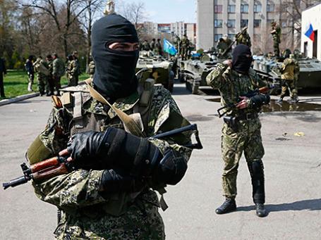 Вооруженные люди рядом с бронетехникой в Славянске, 16 апреля 2014