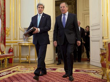 Глава МИД РФ Сергей Лавров (справа) и госсекретарь США Джон Керри во время встречи в Париже, 30 марта 2014 года
