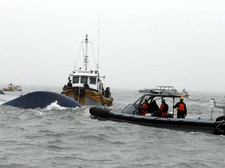 Участники спасательной операции на месте крушения парома «Севол» у берегов Южной Кореи
