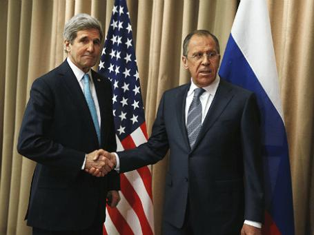 Глава МИД РФ Сергей Лавров (справа) и госсекретарь США Джон Керри во время встречи в Женеве, 17 апреля 2014 года