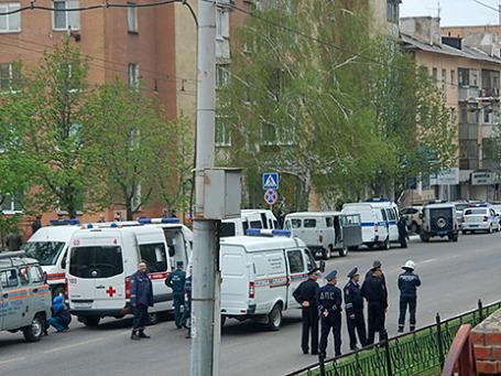 Представители правоохранительных органов рядом с отделением банка «Западный» в Белгороде, где вооруженный человек удерживает заложников