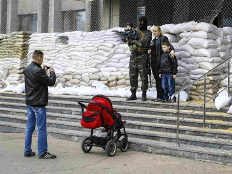 Вооруженные люди и жители Славянска у здания мэрии