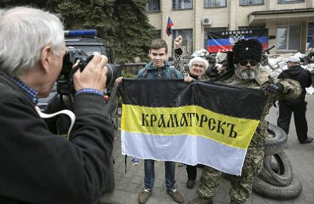 Жители Краматорска у здания региональной администрации.