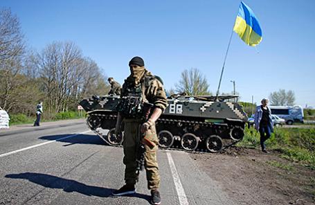 Украинские солдаты на блокпосте недалеко от Славянска, 24 апреля 2014.