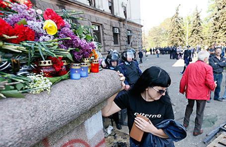Люди приносят цветы и зажигают свечи в память о погибших в ходе беспорядков накануне. Одесса, 3 мая 2014.