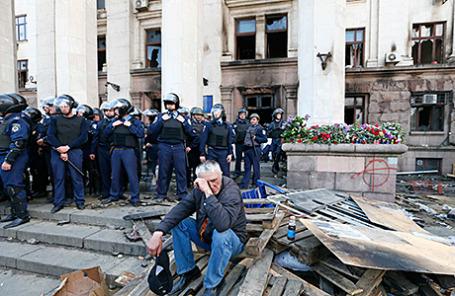 У здания Дома профсоюзов в Одессе, где накануне произошли массовые беспорядки. 3 мая 2014.