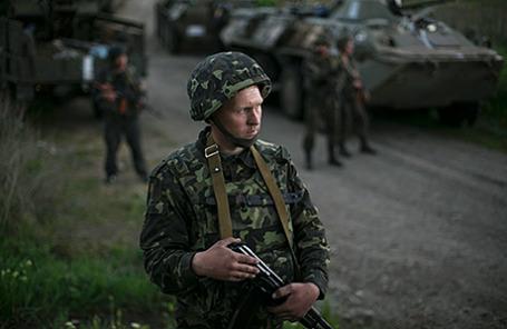 Украинские военные на блокпосте недалеко от Славянска.