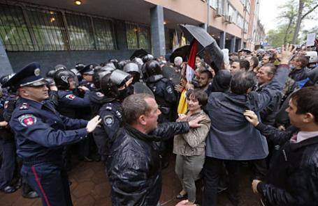 Участники митинга штурмуют городское отделение милиции в Одессе 4 мая 2014.