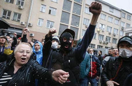 Пророссийские сторонники выкрикивают лозунги некоторое время спустя после штурма полицейского участка в Одессе.