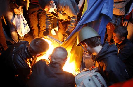 Демонстранты у здания Донецкого областного совета.