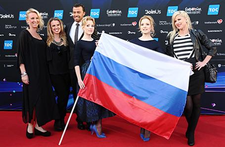 Участницы от России Настя и Маша Толмачевы (в центре) у здания мэрии на церемонии открытия 59-го международного конкурса песни «Евровидение-2014».