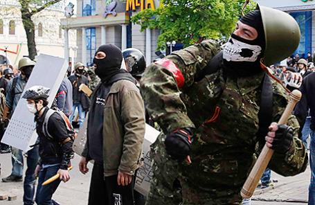 Пророссийский активист во время беспорядков на улицах Одессы 2 мая 2014.
