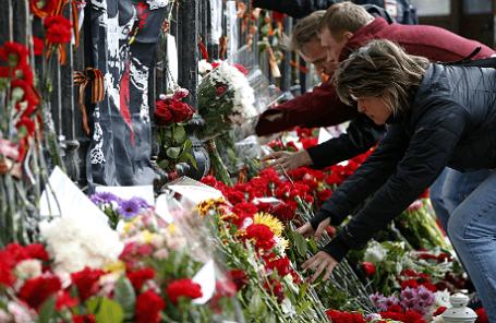 Возложение цветов у посольства Украины в Москве в память о погибших в Одессе.