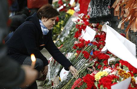 Возложение цветов у посольства Украины в Москве в память погибших в Одессе.