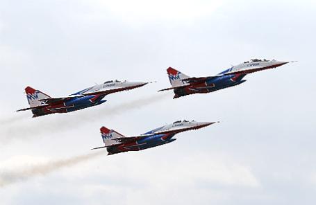 Авиационная группа высшего пилотажа «Стрижи», которая выступит на параде 9 мая в Севастополе, во время тренировки на военном полигоне Алабино.