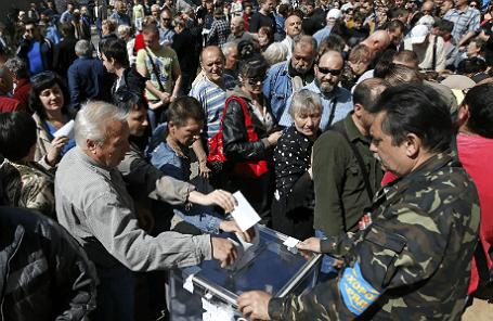 Участники референдума в Мариуполе.