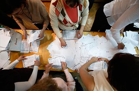 Члены местной избирательной комиссии в Донецке подсчитывают голоса референдума о статусе Донецкой области 12 мая 2014.