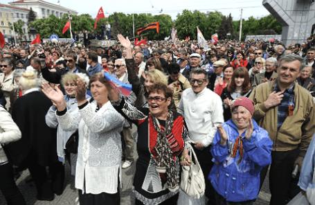 Митинг в поддержку проведения референдума в Луганске.