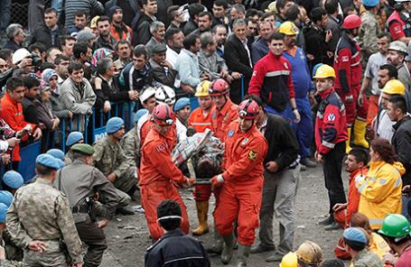 Спасатели несут шахтера, который получил травмы после взрыва мины в Сома, Турция 14 мая 2014.