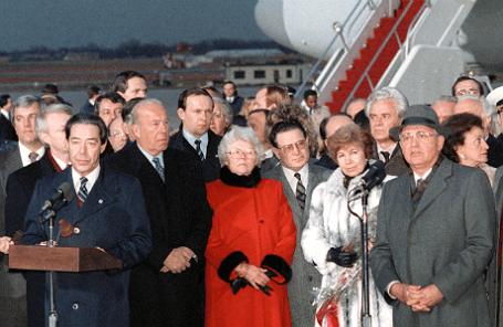 Виктор Суходрев (крайний слева) и Михаил Горбачев (крайний справа) во время визита в США в 1987 году.