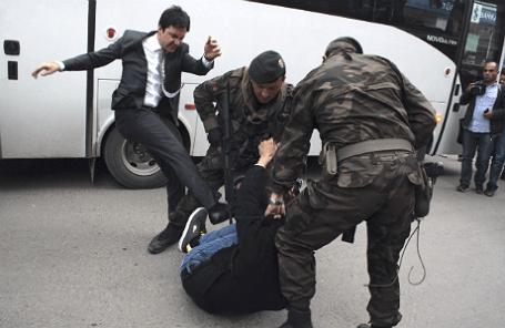 Помощник премьер-министра Турции Юсуф Еркель избивает демонстранта во время акции против визита премьера Реджепа Тайипа Эрдогана в город Сома, где погибли шахтеры.