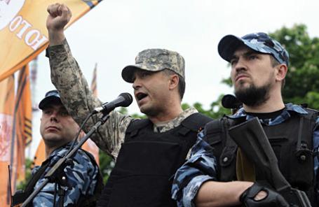 Самопровозглашенный губернатор Луганской области Валерий Болотов (в центре) на митинге в честь объявления результатов референдума о статусе Луганской области.