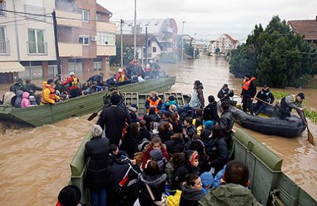 Эвакуация людей из затопленной общины Обреновац, Сербия, 17 мая 2014.