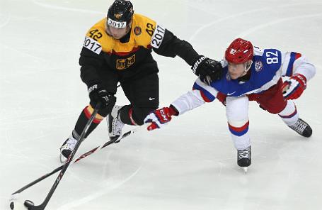 Игроки сборных Германии и России — Ясин Элиц и Евгений Медведев (слева направо) в матче чемпионата мира по хоккею: Россия-Германия в Минске.