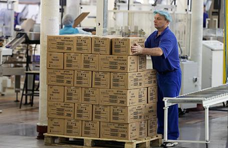 В цеху упаковки готовой продукции на фабрике косметического объединения