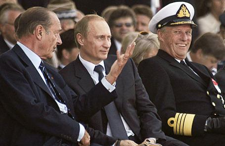 Президент Франции Жак Ширак, президент РФ Владимир Путин и король Норвегии Харальд V (слева направо) во время Международной церемонии, посвященной 60-й годовщине высадки в Нормандии союзников и открытию второго фронта 6 июня 2004.