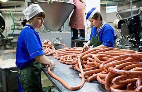 Производство сосисок на мясокомбинате.