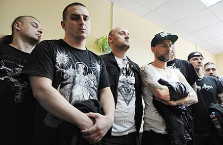 Участники группы Behemoth во время заседания Октябрьского районного суда, где было принято решение о депортации музыкантов с территории России, Екатеринбург, 22 мая 2014.