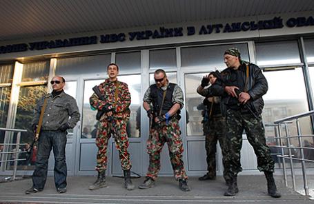 Демонстранты у здания областной администрации в Луганске.
