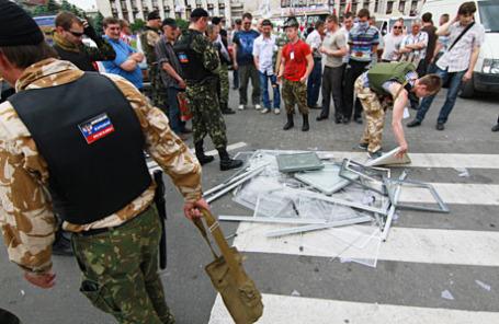 Сторонники ДНР разбивают урны для голосования на досрочных выборах президента Украины.